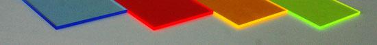 illuummi - Farben bei trübem Wetter auf weißem Tisch, von links nach rechts: Blau, rot, gelb, grün.
