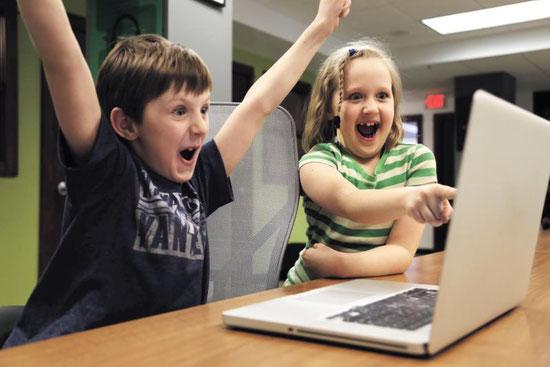 Geistig behinderte Kinder spielen am Computer und haben dabei Spaß und Erfolgserlebnisse.
