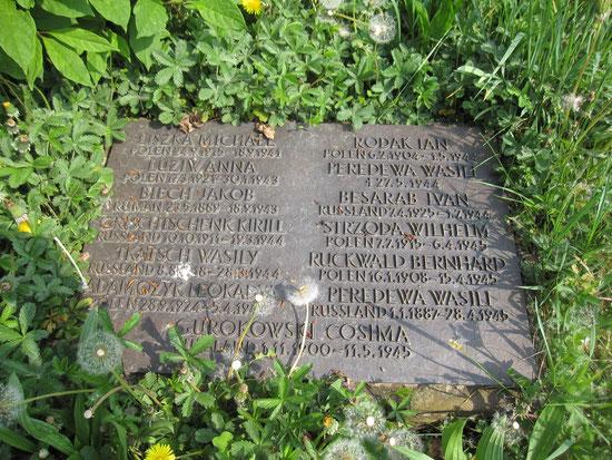 Grabplatte zum Gedenken an die Zwangsarbeiter auf dem Friedhof Maulbronn
