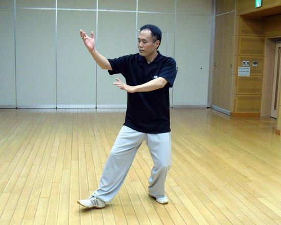 楊式太極拳の提手上勢の写真です。