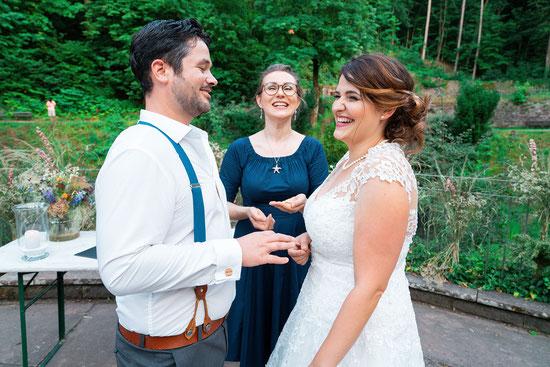 Freie Traurednerin Stella bei einer Freien Trauung im Restaurant Wolfsbrunnen in Heidelberg. Foto: (c) Wedding by Gerald.