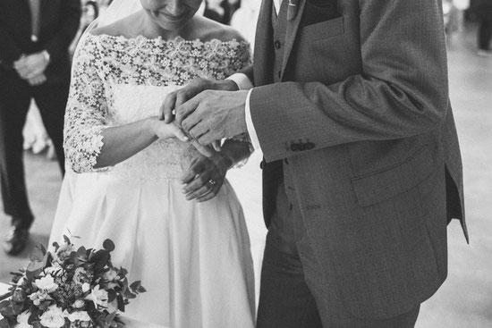Der Ringtausch: Hochzeit im Gutshof Ladenburg - Foto: Herr und Frau K.