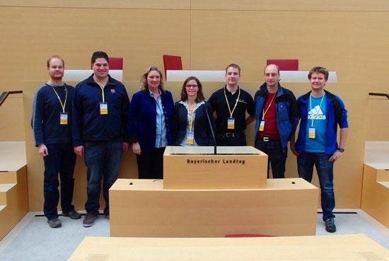 Der Abgeordneten Kerstin Schreyer-Stäblein (3. von links) konnten die Einsatzkräfte im Plenarsaal Fragen zu ihrer Arbeit stellen.