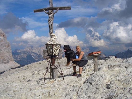 Am Gipfelkreuz des Lagazuoi, ohne Aiko hätte ich diesen Aufstieg nicht geschafft. Meine desolaten Knie haben sich sehr stark bemerkbar gemacht :-(.
