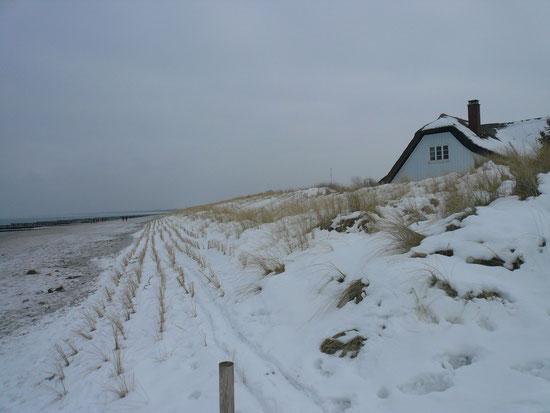 Haus am Meer im Schnee