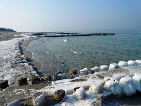 Verschneite Buhnen und ein traumhafter Winterstrand