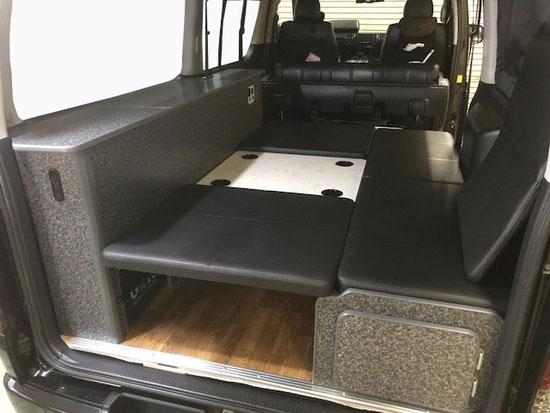 ハイエースで車中泊・クルマ旅が楽しむことができるのライトキャンパープレミアムのフラットタイプです