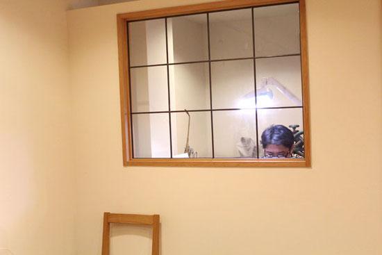 店内の小窓から見える制作の様子