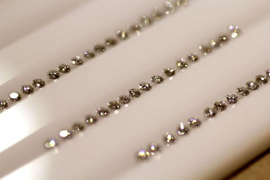 検品中のメレダイヤモンド