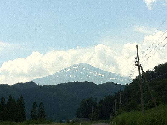 残雪残る鳥海山
