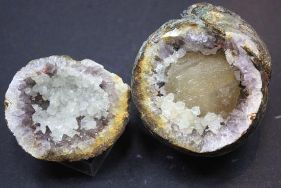 Kleine Amethystdruse mit Calcit