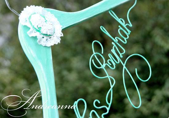 Плечики состаренные, в мятном тоне с камеей, кружевами. Надпись – новая фамилия невесты. Стоимость 150грн. (в любом цветовом решение).