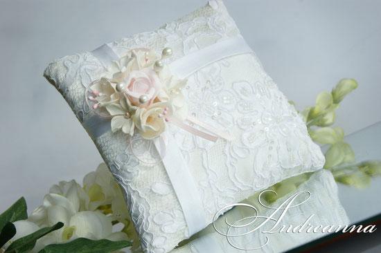 Подушечка для колец  «Розовая фрезия, роза и гардения» стоимость 450грн (цветочные композиции ручной работы).