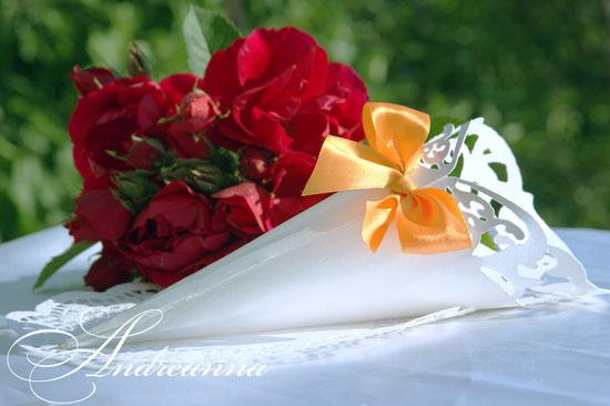 Ажурные, перламутровые кулечки для лепестков роз, или конфет «Фламенко» стоимость 25грн/шт.