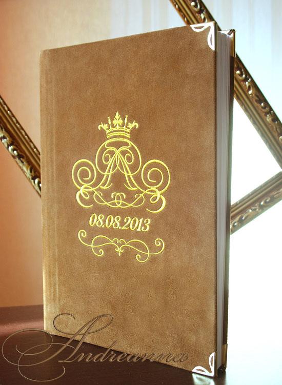 Замшевый фотоальбом, А3 формата, перламутровые страницы в качестве наполнения альбома, вышивка золотом монограммы. Итальянская замша (возможно изготовление в любом оттенке). Стоимость альбома на 50ст. А3 формата   5000грн