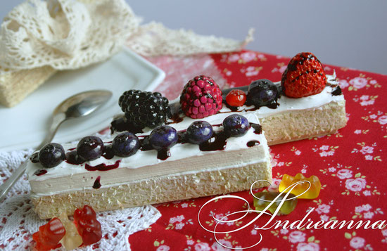 Бисквитные пирожные, с кремом и ягодами. 220грн/шт. (полностью ручная работа, лепка, роспись).