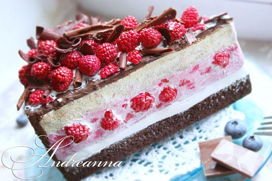 бутафория - муляж шоколадного торта с малинкой, и нежным малиновым суфле - полностью ручная работа, в натуральную величину, художественные материалы, с ароматом выпечки. 745грн