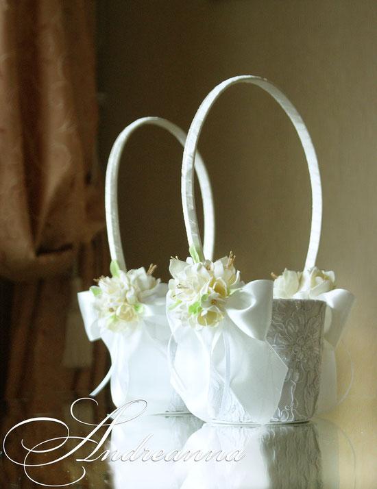 Кружевная корзиночка «Жемчужная фрезия и гардения» стоимость 450грн (цветочные композиции ручной работы).