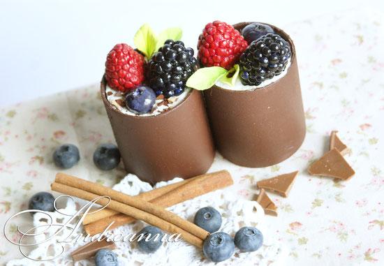 Шоколадные стаканичики с кремом и ягодами, натуральная величина, 425грн/шт. (лепка, роспись, ручная работа).