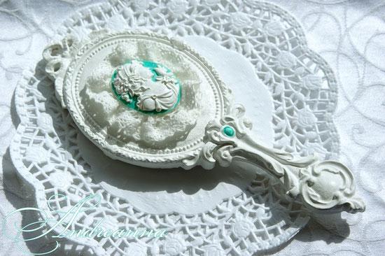 Зеркальце для невестыс камеей, в любом желаемом цветовом решение 300грн (38 долларов).