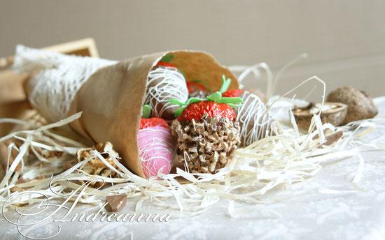 Клубника, ручная работа, в шоколаде, шоколадной крошке, ореховой крошке (декор на выбор) 35грн/шт. натуральная величина.