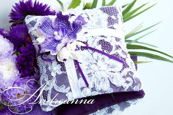 Подушечка для колец  «Сиреневая фрезия и орхидея Ванды» стоимость 450грн (цветочные композиции ручной работы).