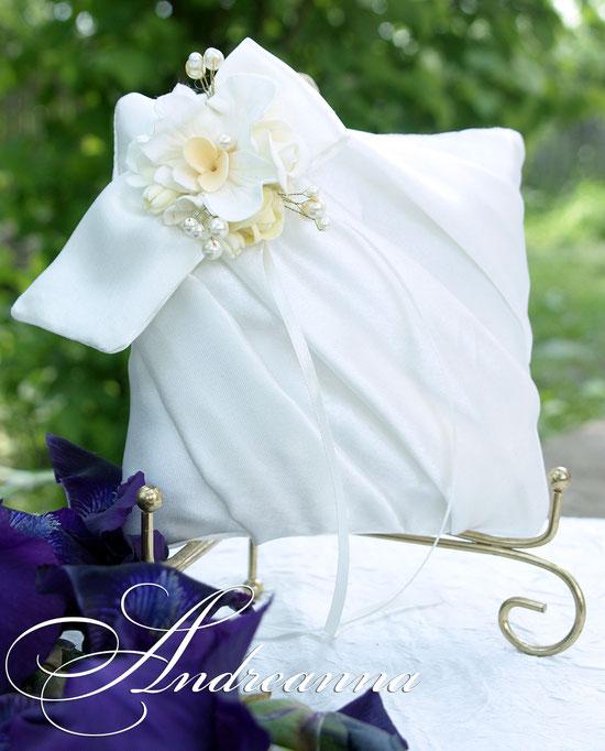 подушечка «Цветочный бант» (роза, орхидея, гортензия) выполнение в любом цветовом решение, стоимость 450грн