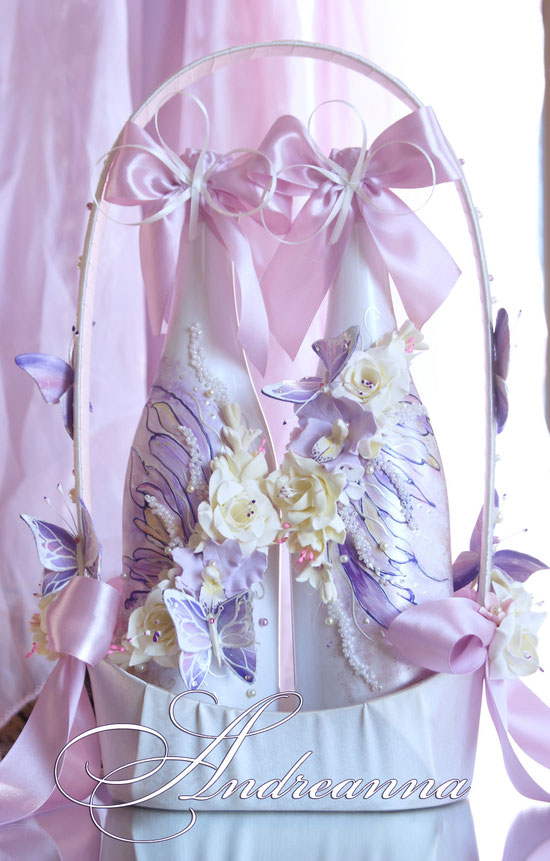 шампанское «Порхающие бабочки».  Роспись, цветы/бабочки ручной работы. Стоимость 1 бут. 700грн. Стоимость корзины для шампанского 350грн