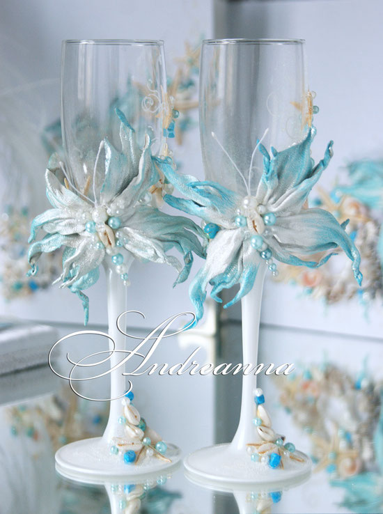 Бокалы «Морские бабочки», натуральная кожа, кружева,  морские ракушки, горный хрусталь, жемчуг, бирюза, камень кошачий глаз.  Крылья бабочки перламутровые, усеяны бирюзовыми кристаллами Swarovski. (в любом цветовом решение) стоимость 600грн (76 долларов).
