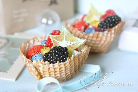 Вафельные корзинки с кремом и фруктами, лепка, роспись, ручная работа, стоимость 475грн/шт.