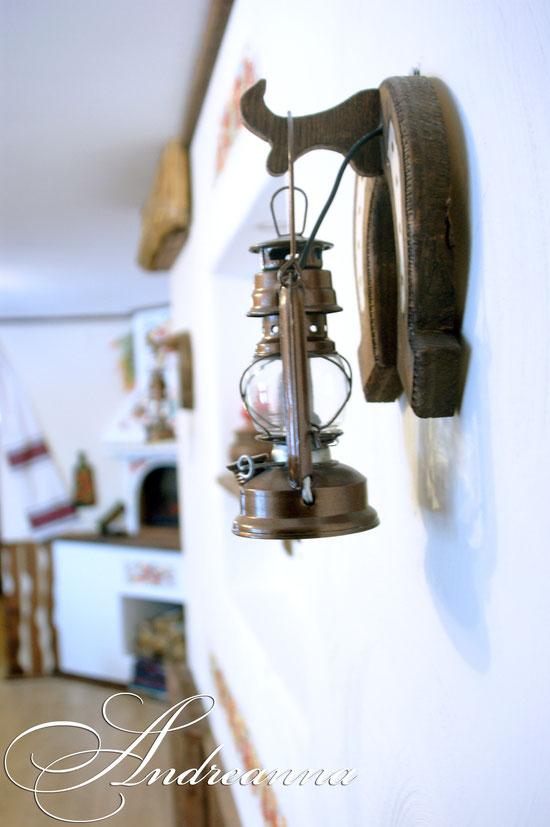 Декоративные светильники - керосинки на подковах (с установленной электрической лампочкой, в темное время суток – уютно имитирующее горение огня).
