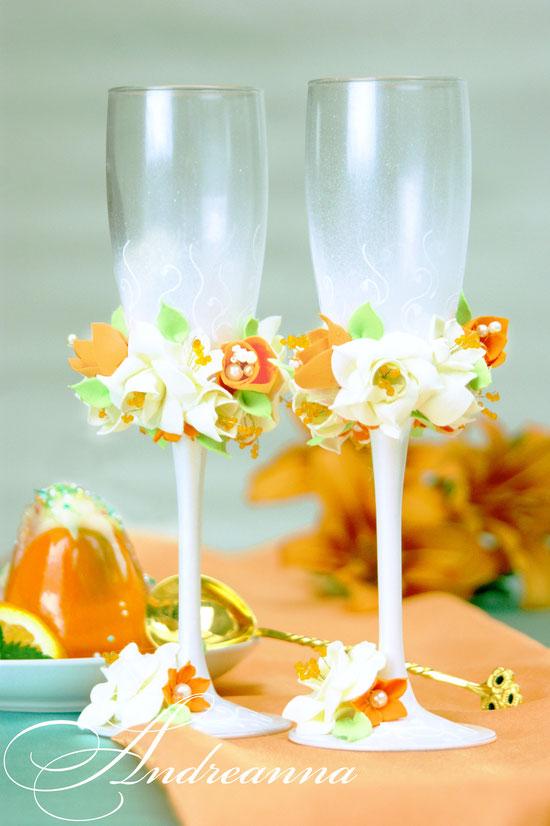 Свадебные бокалы «молочно-апельсиновая фрезия и гардения» на перламутрово-жемчужном фоне, с вкраплением перламутровых ракушек и зелени, стоимость 800грн