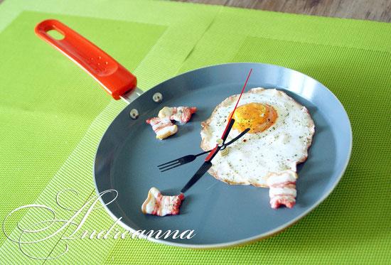 Кухонные часы «Завтрак для любимой», все элементы полностью ручной работы, (лепка, роспись), металлическая декоративная сковородка, (цвет, элементы на выбор), (возможно создать суши-часы и т.д.) стоимость 200грн.