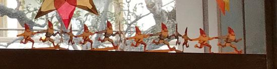 小人たちが窓辺で踊る貝の小鳥