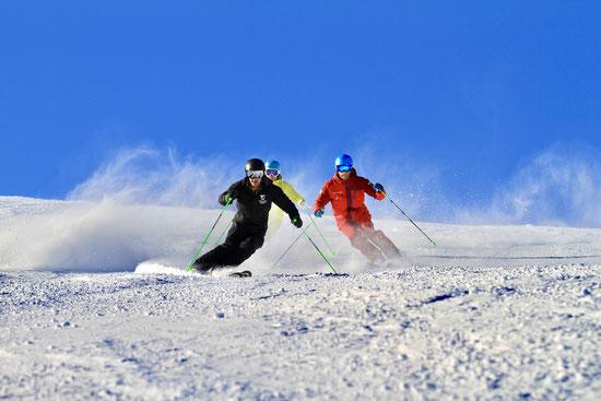 3 Skifahrer, die eine Demonstration fahren