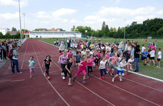 Mädchen am Start der 800 m.