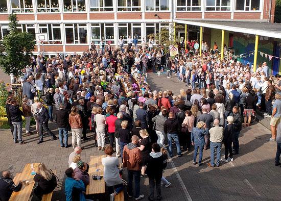 Begrüßung von 75 Kindern in der Galenschule.