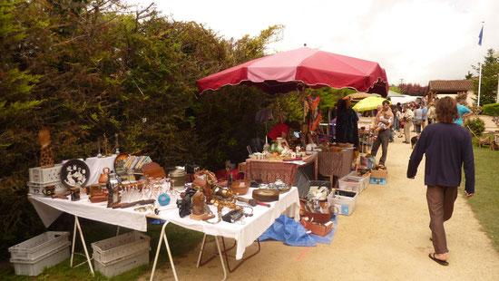 Stand de PASDB à un vide-greniers local. Des objets on été offerts à l'association afin de les mettre en vente.
