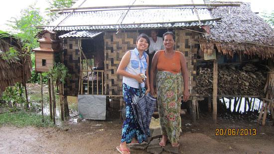 La nouvelle hutte, avec la mère du foyer et notre coordinatrice qui, entre autres activités, visite régulièrement les familles dont nous nous occupons. Cette diplomée en sciences sociales de 25 ans reçoit un salaire de PASDB.
