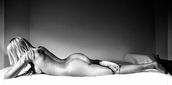 Femme nu allongée de dos noir et blanc aix en provence, marseille