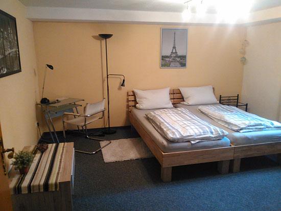 1. Schlafzimmer -  Betten können auseinander geschoben werden