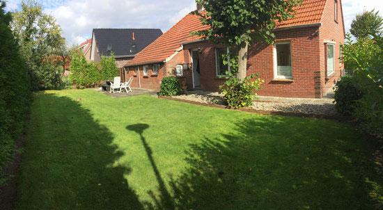 Großer Garten vor schönen Ferienwohnungen