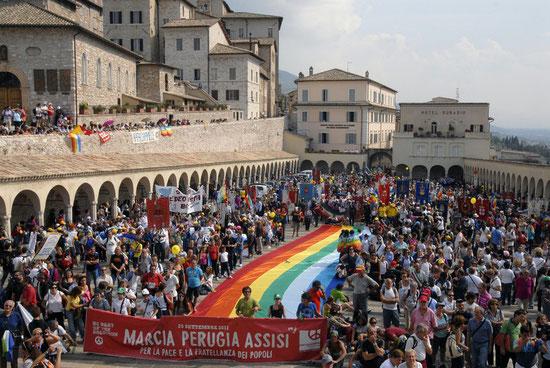 La piazza di Assisi all'arrivo del corteo