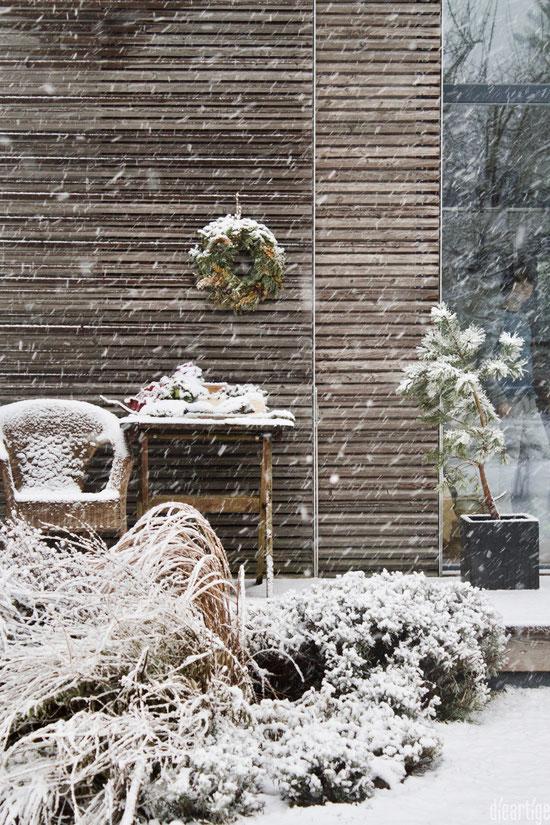 dieartigeBLOG - Wintergarten, Terrasse im Schneegestöber, Schiebeläden