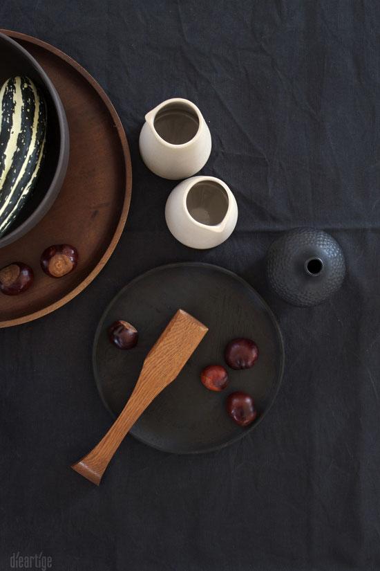 dieartigeBLOG - auf Schwarz; Holzteller & Keramik