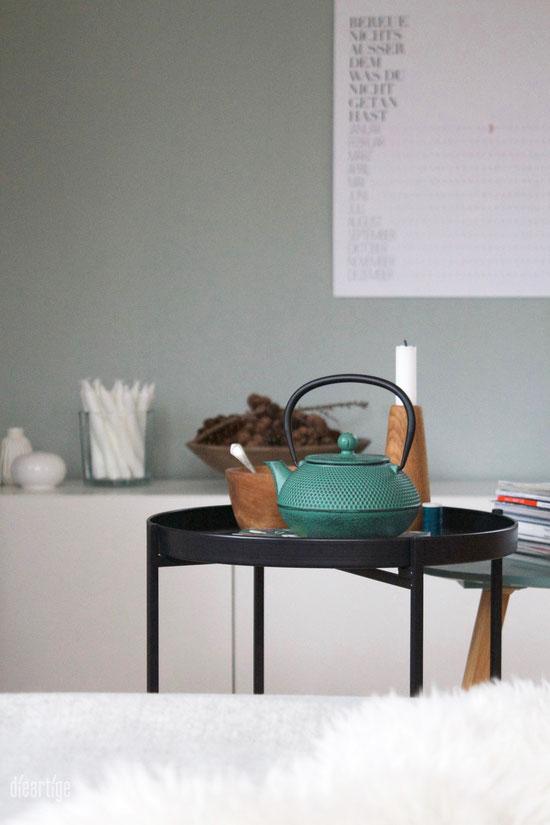 dieartigeBLOG - Salbeiton an der Wand, Teekanne aus Eisen in passendem Grün, Applicata in Eiche geölt