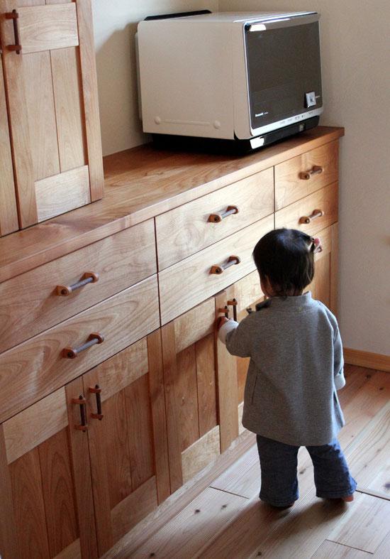 アルダー無垢材のキッチン壁面収納(相模原市・M様邸)娘さんチェック