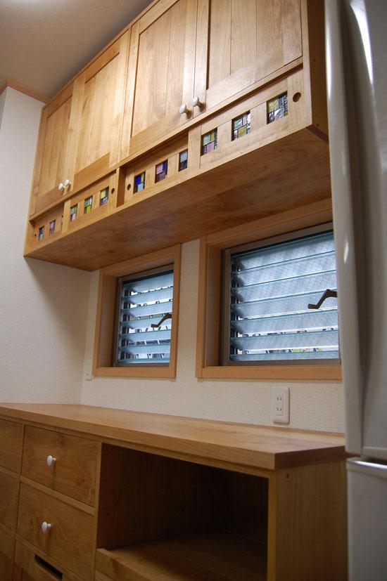 ステンドグラスが入ったキッチン壁面収納(厚木市・S様邸)