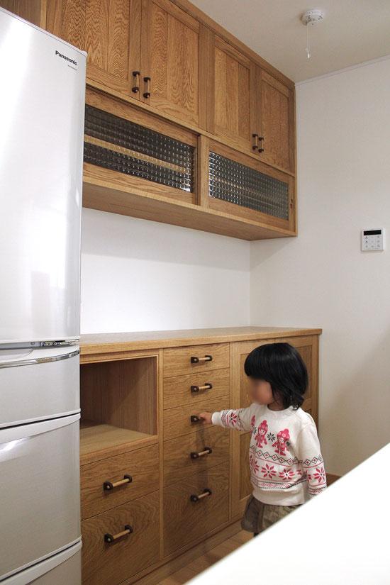 実用性ばっちり、使いやすいキッチン壁面収納(鎌倉市・M様邸)娘さんチェック