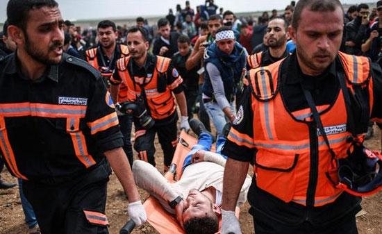 Un manifestant palestinien blessé par un sniper israélien lors des manifestations du Jour de la Terre ,à l'est de la ville de Gaza - Photo : Hosam Salem/Al Jazeera]